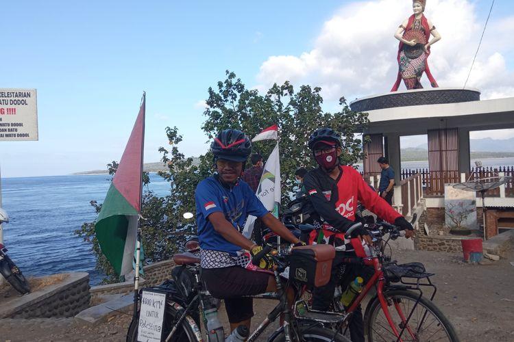 Dua warga asal Jakarta, Muhammad Maahir Abdulloh (26) dan Ahmad (33) saat tiba di monumen patung tari gandrung, Banyuwangi, Jawa Timur, Kamis (27/5/2021).