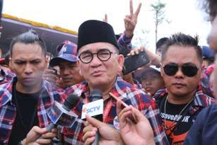 Ruhut Sitompul turut mendukung calon gubernur dan wakil gubernur DKI Jakarta 2017 no urut 2 di kawasan ruang publik terpadu ramah anak (RPTRA) Kalijodo, Jakarta Barat, Sabtu (14/1/2017).  Para relawan Ahokers (masa pendukung Basuki Tjahaja Purnama atau Ahok) menyampaikan pesan damai dan anti-kekerasan.
