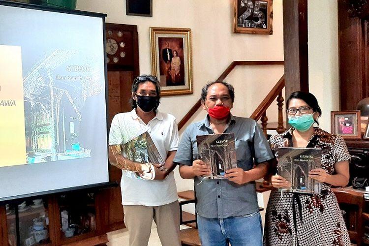 Penulis dan penggagas buku Gebyok Ikon Rumah Jawa, Triatmo Doriyanto dalam peluncuran