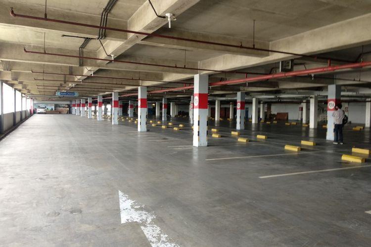 Kondisi lantai parkir P2A Mega Bekasi yang disiapkan untuk penumpang transjabodetabek premium, Jumat (16/3/2018).