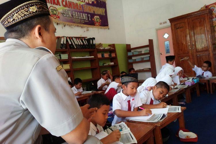 Siswa kelas 3 SDN Badang 2 di Dusun Watulintang, Desa Badang, Kecamatan Ngoro, Kabupaten Jombang, Jawa Timur, belajar lesehan di perpustakaan sekolah, Senin (17/11/2019).