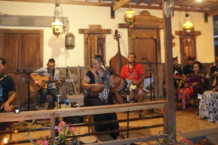 Bonita and The hus Band saat tampil di teras rumah Using Desa Kemiren Banyuwangi Selasa (16/5/2017)