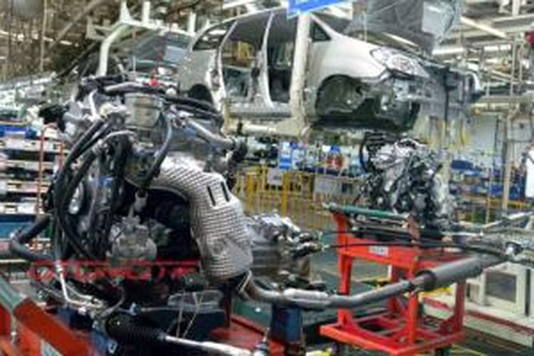 Perakitan mobil menggunakan mesin yang juga dibuat lokal Indonesia.