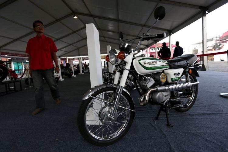 Motor klasik dipamerkan saat ajang Indonesia International Motor Show (IIMS) 2017 di JI Expo, Kemayoran, Jakarta, Sabtu (29/4/2017). Ajang pameran otomotif terbesar di Indonesia ini akan berlangsung hingga 7 Mei mendatang. KOMPAS IMAGES/KRISTIANTO PURNOMO