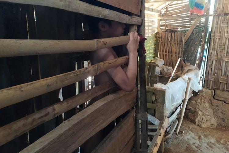 Moh. Efendi (20) dikurung di dalam bekas kandang ayam oleh orang tuanya karena memiliki kelainan sifat sejak lahir. Efendi dikurung karena sering merangkak hingga pernah ditemukan di hutan dan pinggir sungai.
