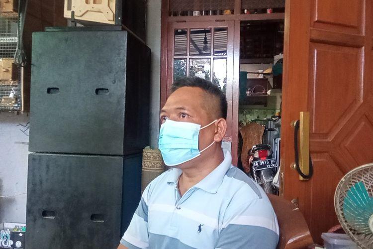 Sunaryo saat ditemui awak media di rumahnya, menunggu kabar anaknya yang menjadi ABK Nanggala 402