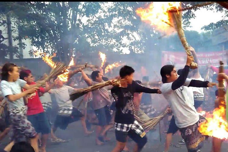 Perang api dilakukan warga Sweta dan Negara Sakah menjelang perayaan Nyepi.