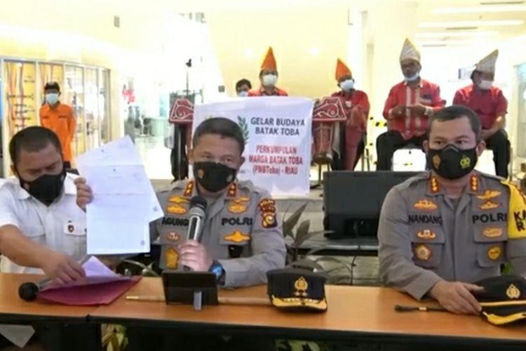 Kapolda Riau Irjen Pol Agung Setya Imam Effendi (tengah) memperlihatkan surat bebas Covid-19 saat konferensi pers disalah satu mal di Pekanbaru, Riau, Kamis (3/6/2021).