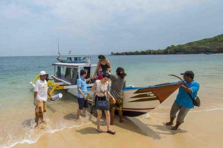 Pantai Pink di Kabupaten Lombok Timur, Nusa Tenggara Barat.