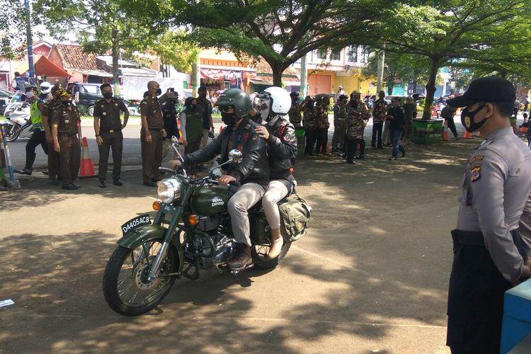 Gubernur Jawa Barat Ridwan Kamil dan istri berboncengan menggunakan sepeda motor saat touring dan bakti sosial dari Tasikmalaya ke Pangandaran, Minggu (5/7/2020).