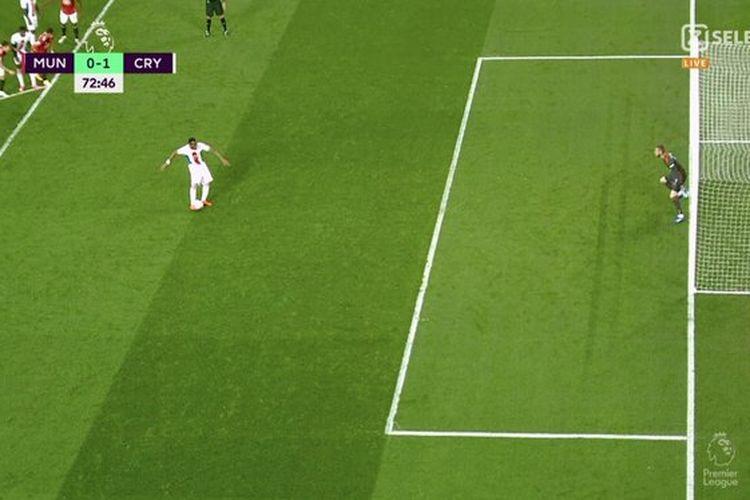 Kamera tayangan ulang menangkap kedua kaki David De Gea di luar garis gawang saat menahan tembakan penalti Jordan Ayew pada laga Liga Inggris antara Manchester United dan Crystal Palace, Sabtu (19/9/2020).