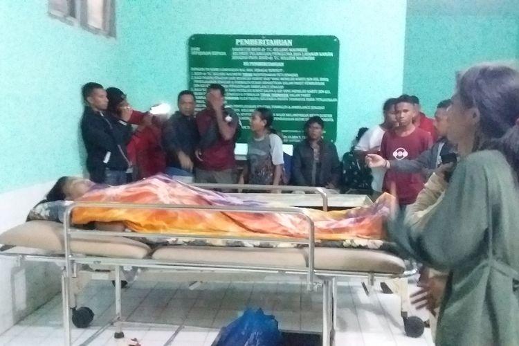 Foto : Suasana saat jenasah Maria Florida Lani Gigo (16) dimasukkan ke dalam peti, di ruang jenasah RSUD Tc. Hillers Maumere, Kabupaten Sikka, NTT, Jumat (28/2/2020) dini hari.