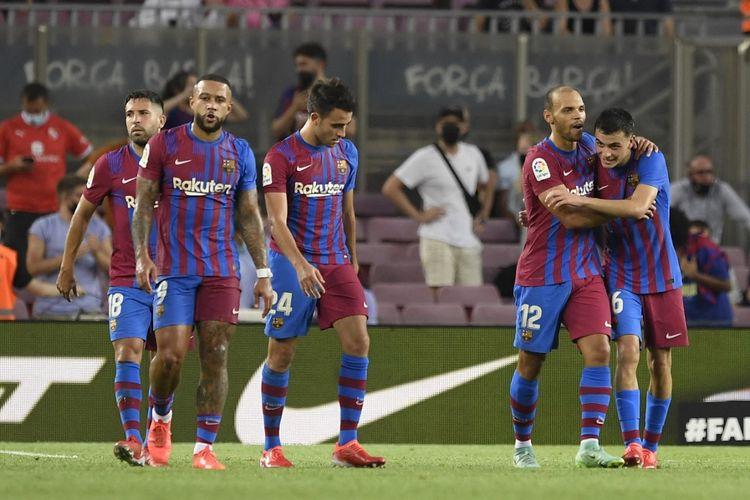 Para pemain Barcelona merayakan gol Martin Braithwaite ke gawang Real Sociedad pada laga pekan pertama Liga Spanyol 2021-2022 di Stadion Camp Nou, Senin (16/8/2021) dini hari WIB.