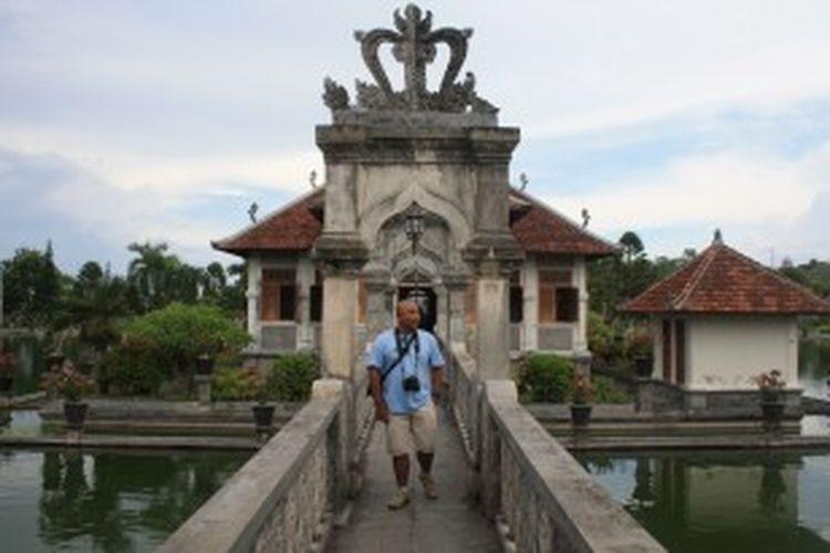Turis domestik tengah berkunjung ke Taman Soekasada Ujung, Karangasem, Bali.
