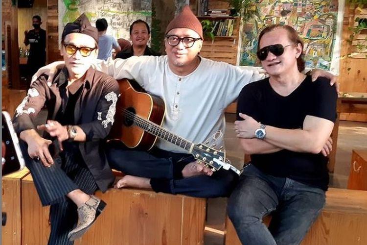 Musisi Dik Doank (tengah) bersama kakaknya, Beben Jazz (kanan). Beben Jazz meninggal dunia usai berjuang melawan Covid-19.