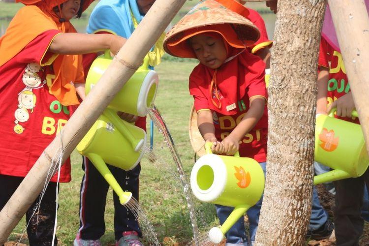 Anak-anak Little Bee School Lippo Cikarang, SDN 01 Cicau dan SDN 02 Cicau saat melakukan penanaman pohon dan edukasi sampah plastik, Rabu (25/9/2019) di Central Park Meikarta, Cikarang.
