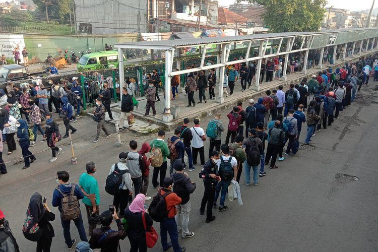 antrian penumpang terjadi di Stasiun Bogor, Senin (8/6/2020)