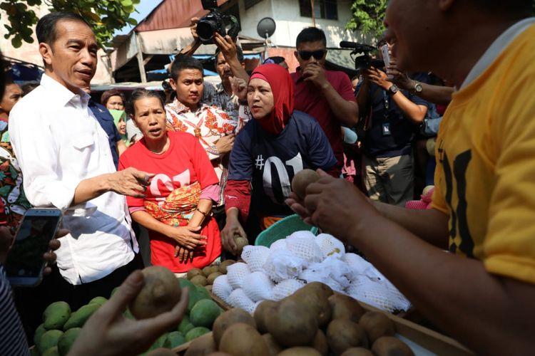 Presiden Joko Widodo berdialog dengan pedagang pasar Karangayu Semarang, Sabtu (20/10/2018)