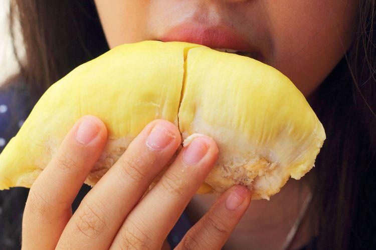 Ilustrasi makan durian.