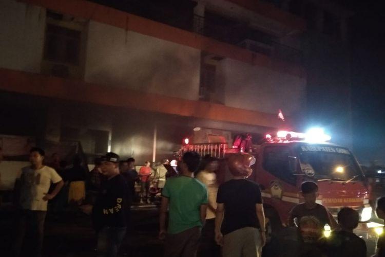 Petuga pemadam kebakaran berusaha memadamkan api yang melanda pasar Minasamaupa, Sungguminasa, Kabupaten Gowa, Sulawesi Selatan yang dijadikan posko pengungsi korban banjir Gowa, Minggu, (27/1/2019).