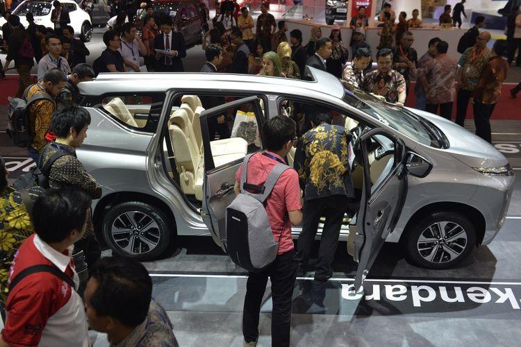 Pengunjung memperhatikan interior mobil Mitsubishi Xpander ketika berlangsungnya GAIKINDO Indonesia International Auto Show (GIIAS) 2017 di ICE BSD, City Tangerang, Kamis (10/8/2017). Pameran otomotif tersebut diikuti 32 Agen Pemegang Merek (APM), 10 merek motor dan lebih dari 130 exhibitor non APM. ANTARA FOTO/Saptono/Kye/17