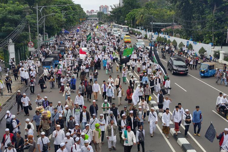 Massa aksi demonstrasi pada Jumat (31/3/2017) atau disebut Aksi 313 mulai bergerak dari Masjid Istiqlal menuju Istana Negara melewati Jalan Medan Merdeka Timur.