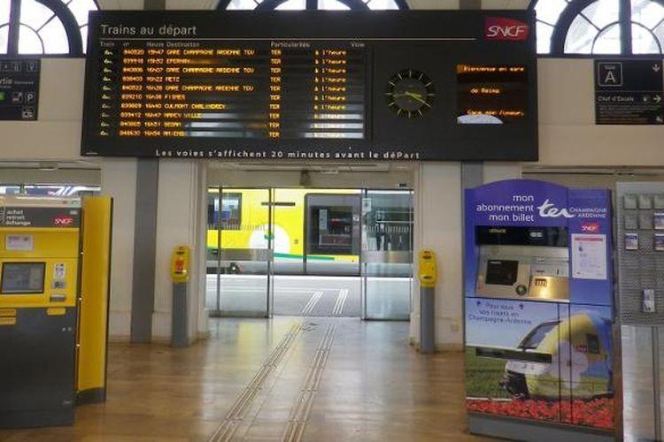 Jalur pemandung khusus penyandang disabilitas pada salah satu stasiun di Paris.