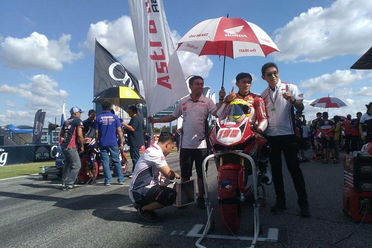 Pebalap AHRT, Awhin Sanjaya, berpose bersama Manager Motorsport AHM, Rizky Christianto (kanan), menjelang Race 1 Asia Road Racing Championship (ARRC) 2019 di Sirkuit Chang Internasional, Buriram, Thailand, Sabtu (30/11/2019).