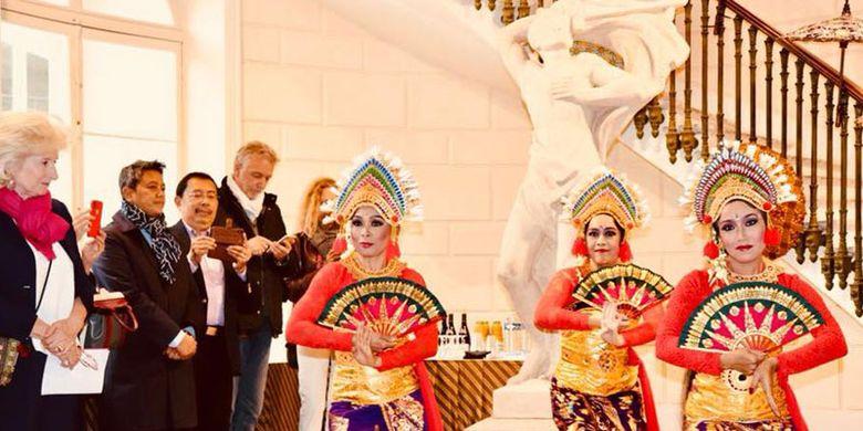 Tarian tradisional menghiasi pembukaan Indonesia A Fascinating Journey di jantung kota Paris, tepatnya di depan Museum Louvre. Indonesia A Fascinating Journey berlangsung 14-19 Mei 2018.