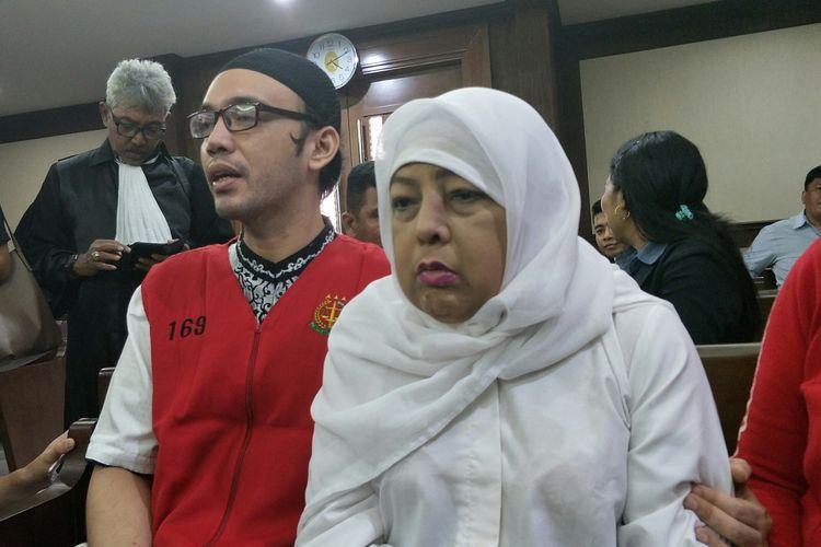 Sandy Tumiwa didampingi ibunya Amalia Nurshanti di Pengadilan Negeri Jakarta Pusat, kawasan Gunung Sahari, Kamis (3/10/2019).