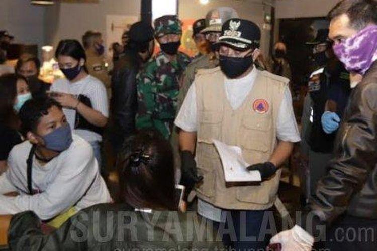 Sejumlah pengujung di salah satu kafe di Kota Malang menjalani rapid test virus corona baru atau Covid-19 saat patroli gabungan yang digelar Forkopimda Kota Malang pada Kamis (4/6/2020).
