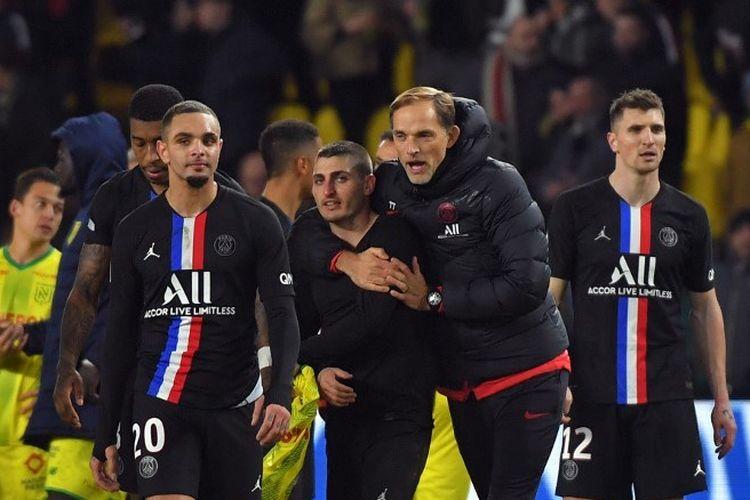 Pelatih Jerman Paris Saint-Germain Thomas Tuchel,merayakan dengan pemain tengah Paris Saint-Germain Italia Marco Verratti di akhir pertandingan sepakbola L1 Prancis antara Nantes (FCNA) dan Paris Saint-Germain (PSG) pada 4 Februari, 2020 di stadion La Baujeoire di Nantes, Prancis barat.