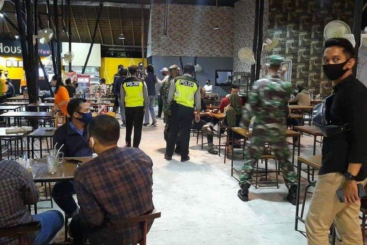Sebanyak 9 warung kopi di Kota Pontianak, Kalimantan Barat didenda Rp 1 juta karena mengabaikan protokol kesehatan.