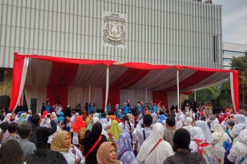 Tunggu Kedatangan Anies-Sandi, Warga Joget Maumere di Balai Kota