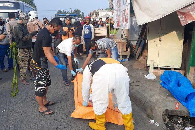 Petugas Polsek Indihiang dan Tim Inafis Satreskrim Polresta Tasikmalaya, mengevakuasi mayat anak bercelana SD di Terminal Type A Tasikmalaya, Kamis (6/8/2020).