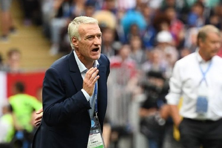 Pelatih timnas Perancis, Didier Deschamps, memberi instruksi kepada para pemainnya pada laga versus Denmark di Luzhniki, 26 Juni 2018.