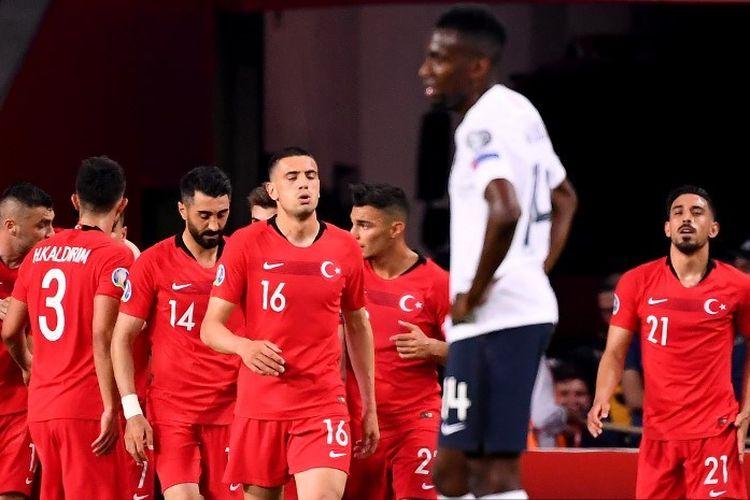 Para pemain Turki merayakan gol Cengiz Under pada pertandingan kualifikasi Euro 2020 versus Perancis di Stadion Buyuksehir Belediyesi, 8 Juni 2019.