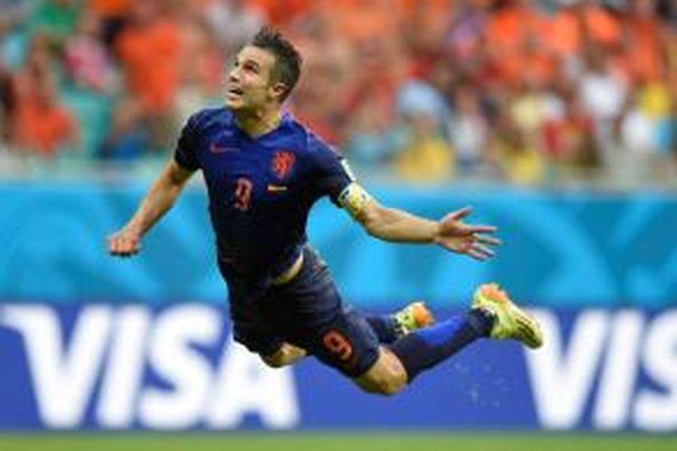 Striker Belanda, Robin van Persie, saat menyundul bola yang berujung gol ke gawang Spanyol pada pertandingan perdana Grup B Piala Dunia 2014 di Arena Fonte Nova, Salvador, Jumat atau Sabtu (14/6/2014) dini hari WIB. Belanda menang 5-1 pada laga tersebut.
