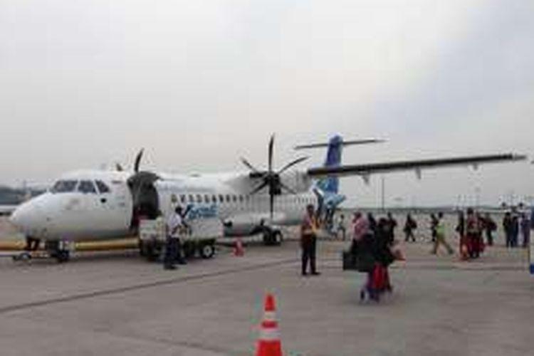 Pesawat jenis ATR 72-600 berkapasitas 70 penumpang milik maskapai penerbangan Garuda Indonesia berada di Bandara Silangit, Siborong-Borong, Kabupaten Tapanuli Utara, Sumatera Utara, Jumat (19/8/2016). Garuda Indonesia melayani penerbangan Bandara Kualanamu, Medan - Bandara Silangit, Siborong-Borong sekali setiap hari selama seminggu.