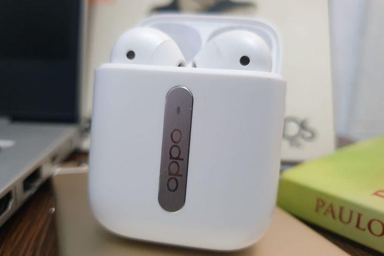 Wujud Oppo Enco Free saat bagian tutup dibuka. Untuk menghubungkan otomatis Oppo Enco Free dengan smartphone atau desktop, cukup buka tutup saja. Namun, kedua perangkat harus sudah pernah tersambung melalui Bluetooth sebelumnya.