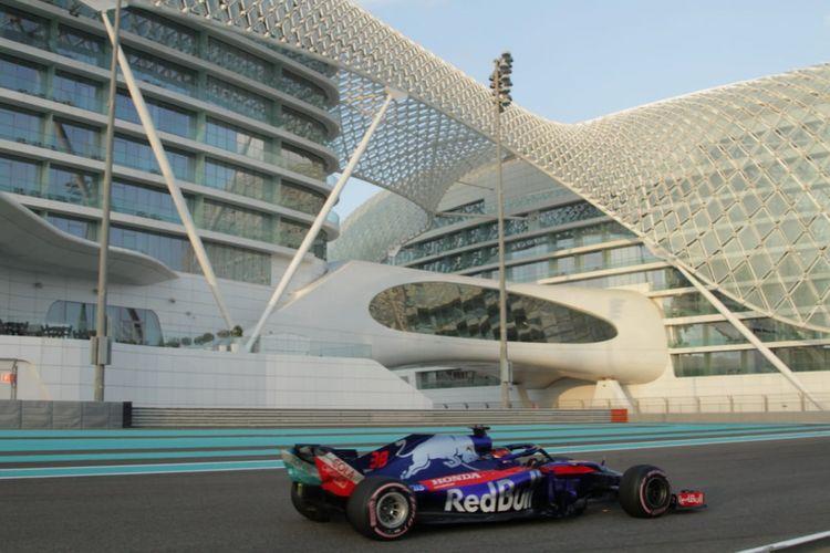 Pebalap Sean Gelael saat menjalani program pengembangan ban Pirelli selama 150 lap bersama tim Scuderia Toro Rosso.