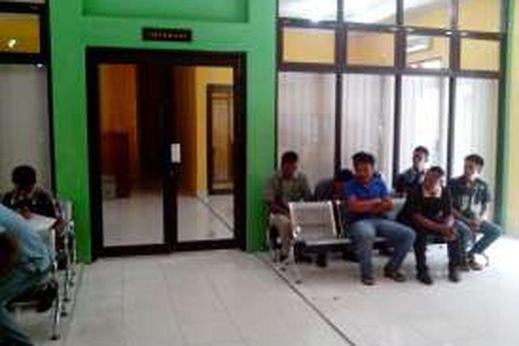 Sejumlah TKI yang mulai mengurus dokumen kependudukan di Layanan Terpadu Poros Perbatasan di Kantor BP3TKI Nunukan. Hampir sepekan, baru 5 pasport yang dikeluarkan Imigrasi Nunukan bagi Buruh Migran yang mengikuti Program Poros Perbatasan.