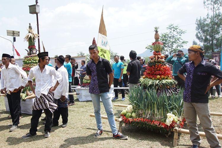 Para pemuda warga desa di Kecamatan Petungkriyono meletakkan gunungan hasil bumi yang dikirab pada hari kedua Festival Rogojembangan, Sabtu (29/9/2018).