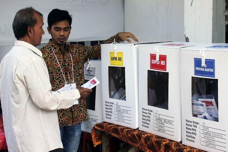 Warga memegang kertas suara yang telah dicoblos saat pemungutan suara ulang (PSU) Pemilu 2019 di TPS 024, Ciloang, Serang, Banten, Minggu (21/4/2019). Menurut keterangan Komisioner KPU Banten, Eka Satyalaksmana pihaknya melangsungkan PSU di 10 TPS di Banten akibat terjadi penyimpangan antara lain adanya pemilih yang mencoblos dari luar daerah tanpa membawa formulir A5 dan melakukan pemungutan suara sebelum waktu yang ditentukan. ANTARA FOTO/Weli Ayu Rejeki/af/hp.