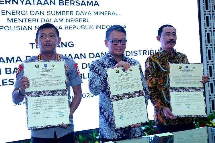 Penandatangan kerja sama pengawasan serta penyaluran BBM ke daerah-daerah bersama dengan Kapolri Idham Azis dan perwakilan Kementertian Dalam Negeri di Kementerian ESDM, Jakarta, Kamis (9/1/2020).