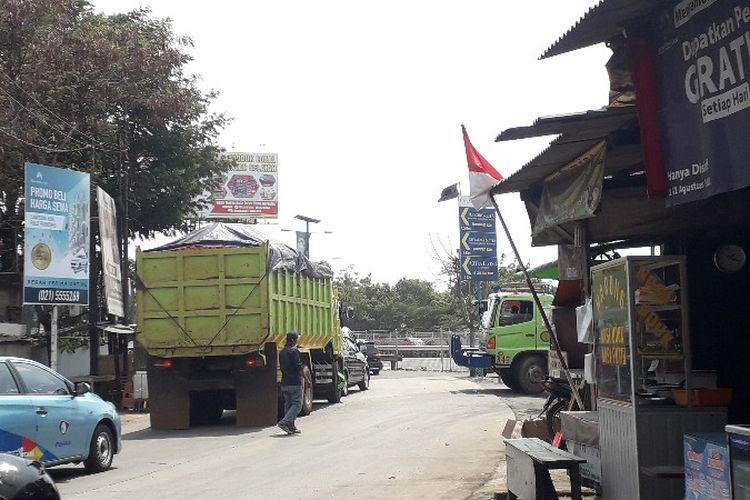 Truk-truk yang dilarang melintas di siang hari oleh warga Tegal Alur, Jakarta Barat memilih melintas lewat Rawa Bokor, Benda, Tangerang menuju Dadap sehingga menyebabkan kemacetan seperti yang terlihat pada Minggu (16/9/2018).
