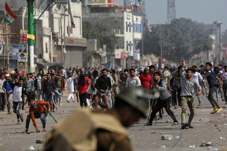 Demonstran berunjuk rasa menolak UU Kewarganegaraan Baru di New Delhi, India, Senin (24/2/2020).