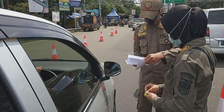 Sejumlah kendaraan terlihat diberhentikan saat hendak menuju kawasan Puncak Bogor di sekitar Simpang Gadog, Kecamatan Ciawi, Kabupaten Bogor, Jawa Barat, Jumat (12/2/2021).