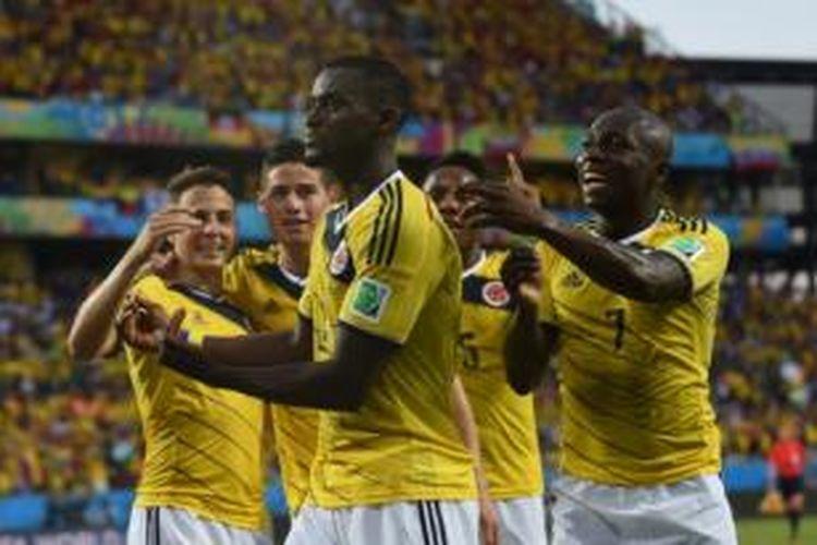 Para pemain Kolombia merayakan gol yang dicetak Jackson Martinez (depan) ke gawang Jepang pada laga Grup C Piala Dunia 2014 di Arena Pantanal, Cuiaba, Selasa (24//6/2014).
