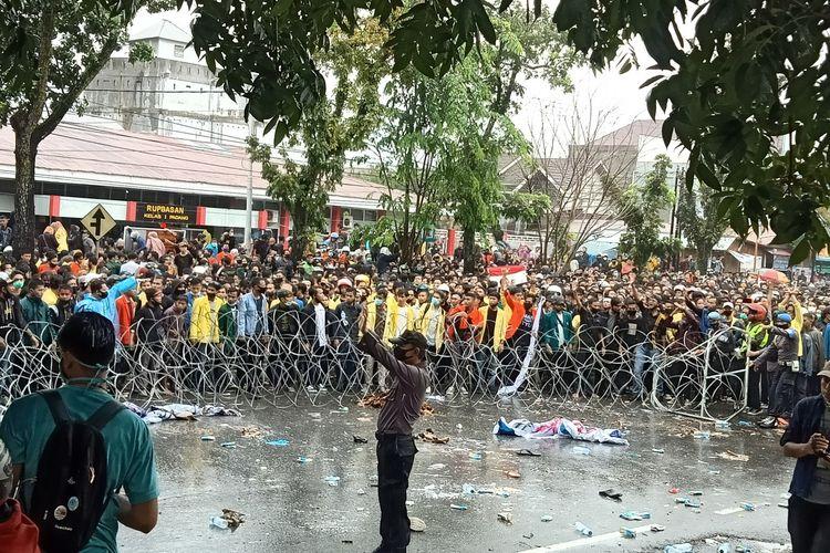 Aksi demo menolak UU Cipta Karya di Padang berlangsung anarkis, Rabu (7/10/2020)